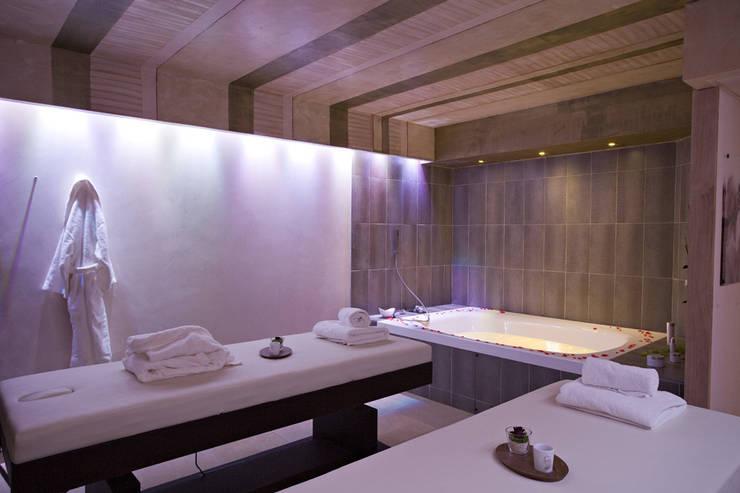 Spa Hôtel 4* – Château de charme:  de style  par Agence Philippe BATIFOULIER Design