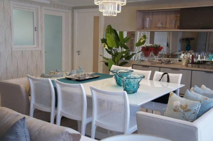 mesa monocromática: Sala de jantar  por Triple Arquitetura