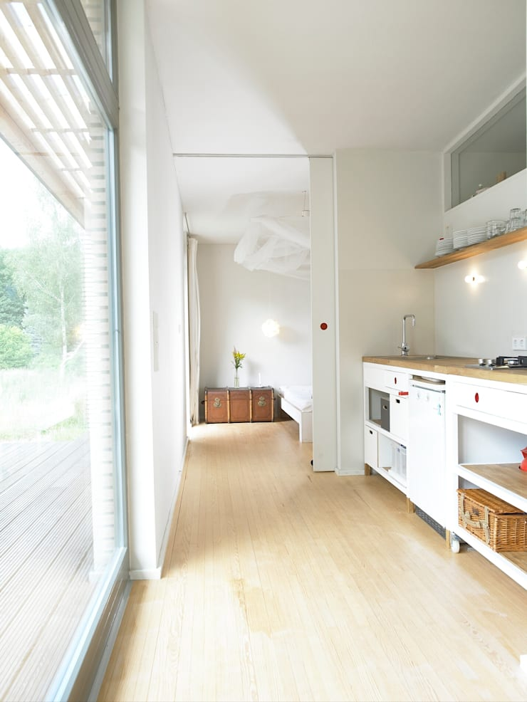 Cozinhas escandinavas por SOMMERHAUS PIU Escandinavo Madeira Efeito de madeira