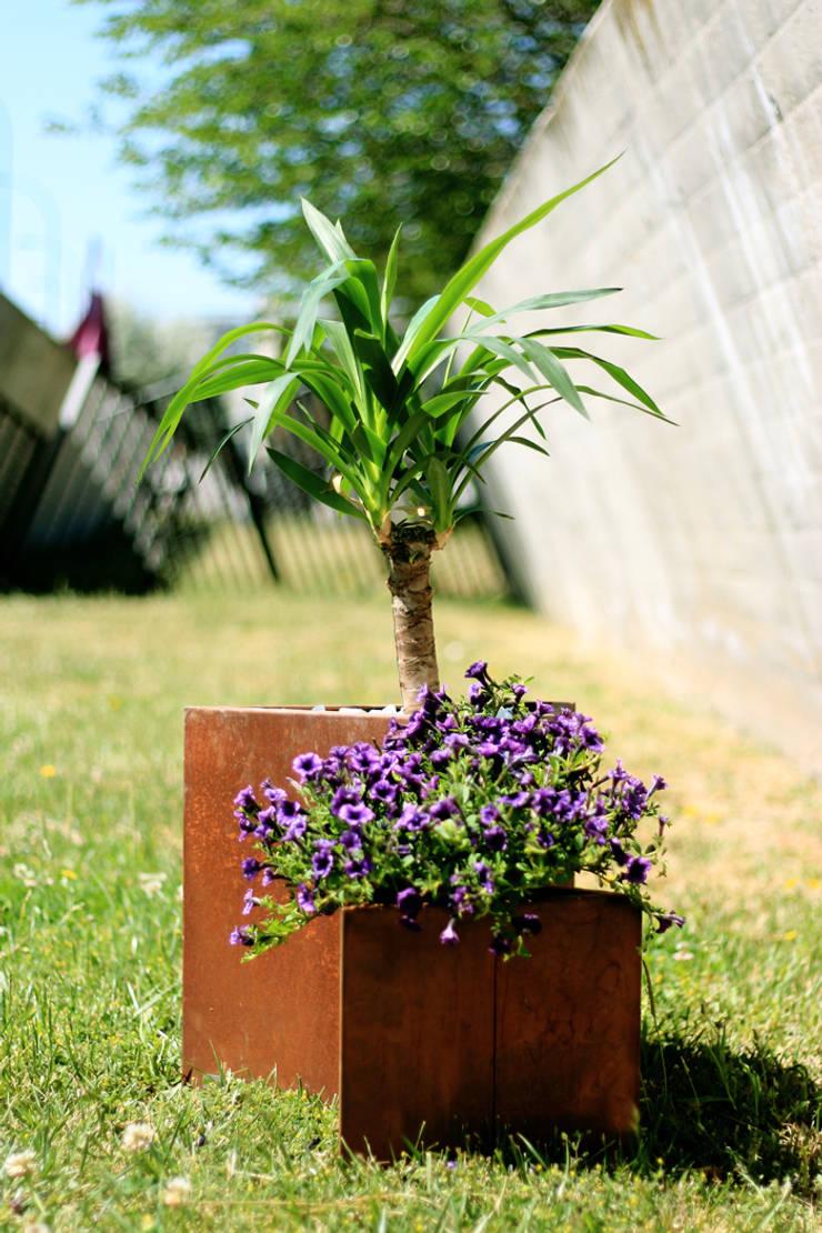 Teide Medium and Small Planter: Jardín de estilo  de CLASS MANUFACTURING SA