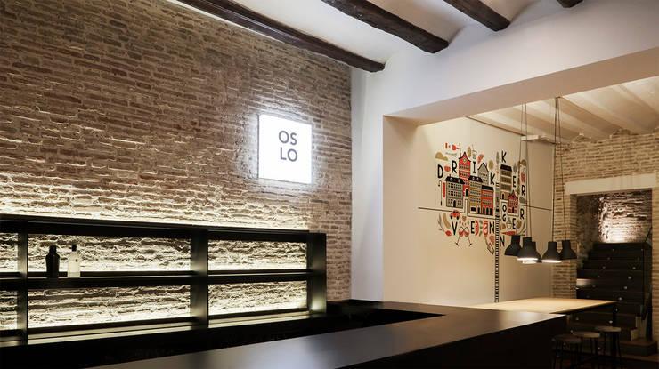 Oslo restaurant: Locales gastronómicos de estilo  de Borja Garcia Studio