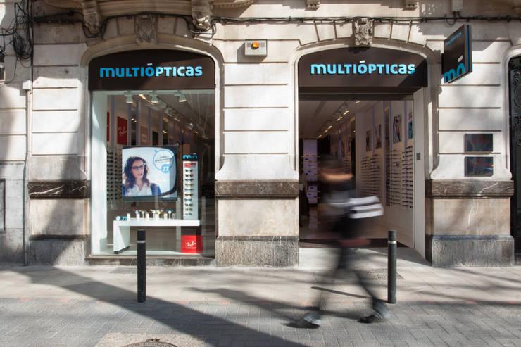 Multiópticas Born: Espacios comerciales de estilo  de xavier puyalto