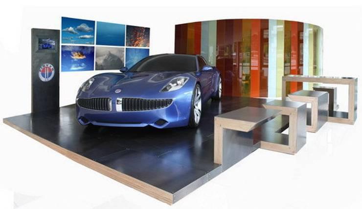 Fisker Island - pedana espositiva modulare per automotive: Sala multimediale in stile  di luca pedrotti architetto
