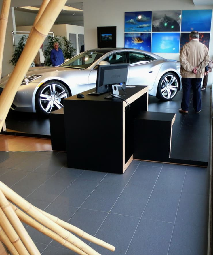 Fisker Island – pedana espositiva modulare per automotive: Sala multimediale in stile  di luca pedrotti architetto