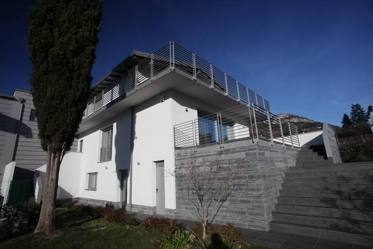 RESIDENZA NEL PARCO: Case in stile  di luca pedrotti architetto