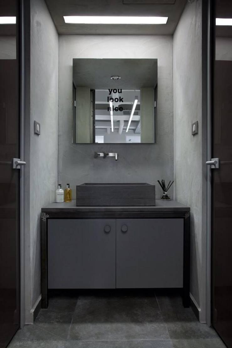 Bathroom:  Office buildings by Volume&LiGht