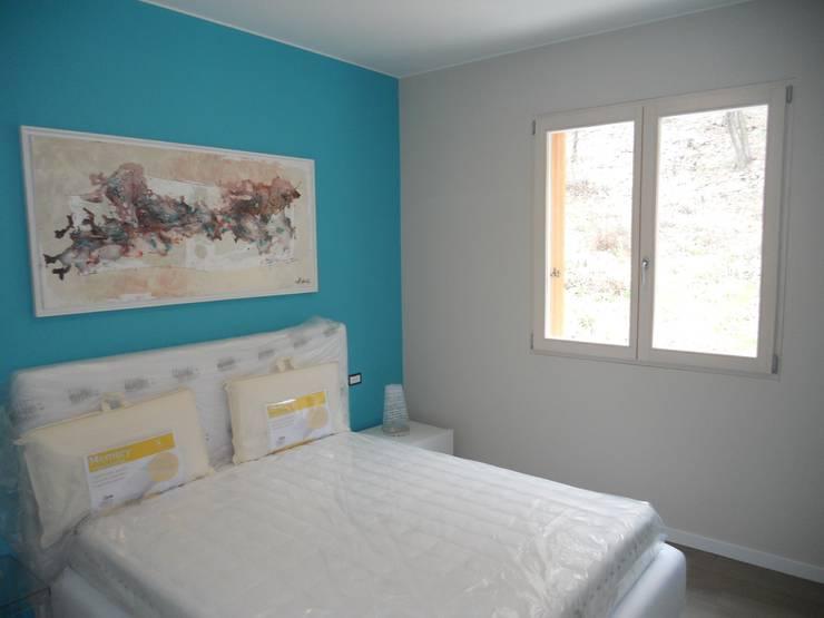 Complesso residenziale in legno: Camera da letto in stile  di Marlegno