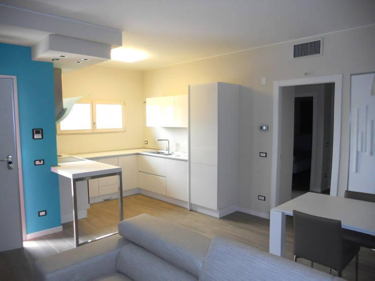 Complesso residenziale in legno: Soggiorno in stile  di Marlegno