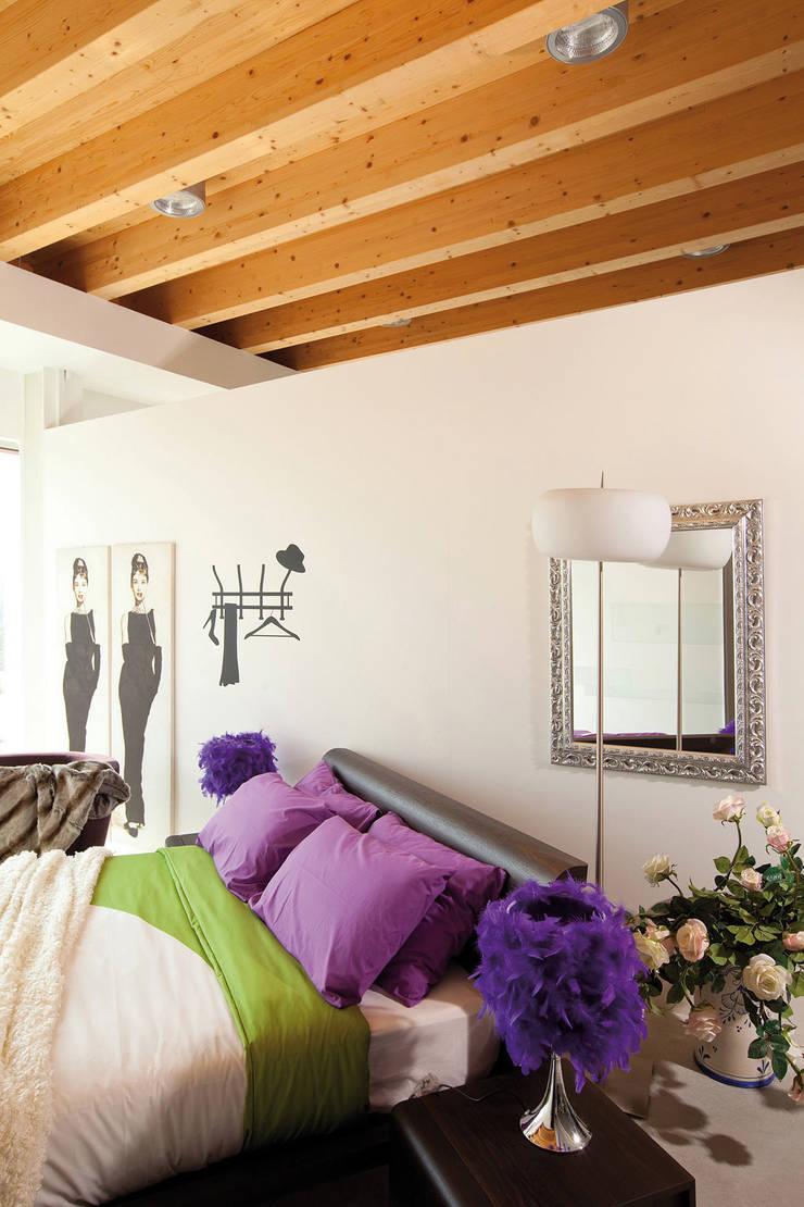Casa di legno: Camera da letto in stile  di Marlegno