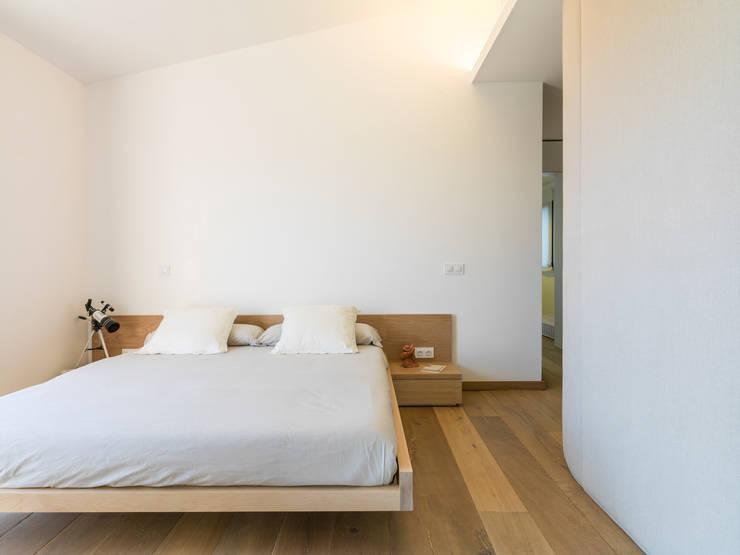 dormitorio principal: Dormitorios de estilo  de margarotger interiorisme