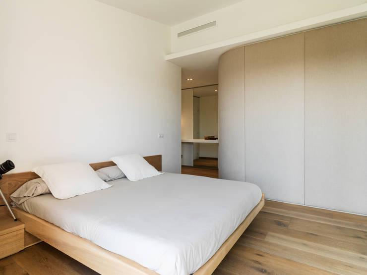 Dormitorios de estilo moderno por margarotger interiorisme
