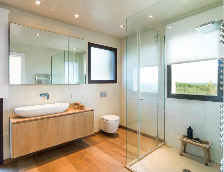 Baños de estilo moderno por margarotger interiorisme