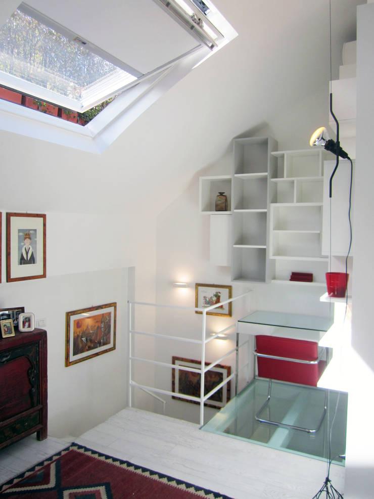 Architettura in piena luce… . La rinascita di un mini loft , 60 mq da scoprire:  in stile  di Francesca Mazziotti Architetto