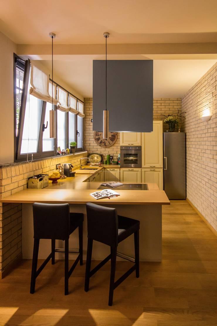 TRE PIANI DI ARMONIE: Cucina in stile  di davide pavanello _ spazi forme segni visioni