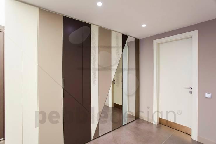 Corridor & hallway by Pebbledesign / Çakıltașları Mimarlık Tasarım