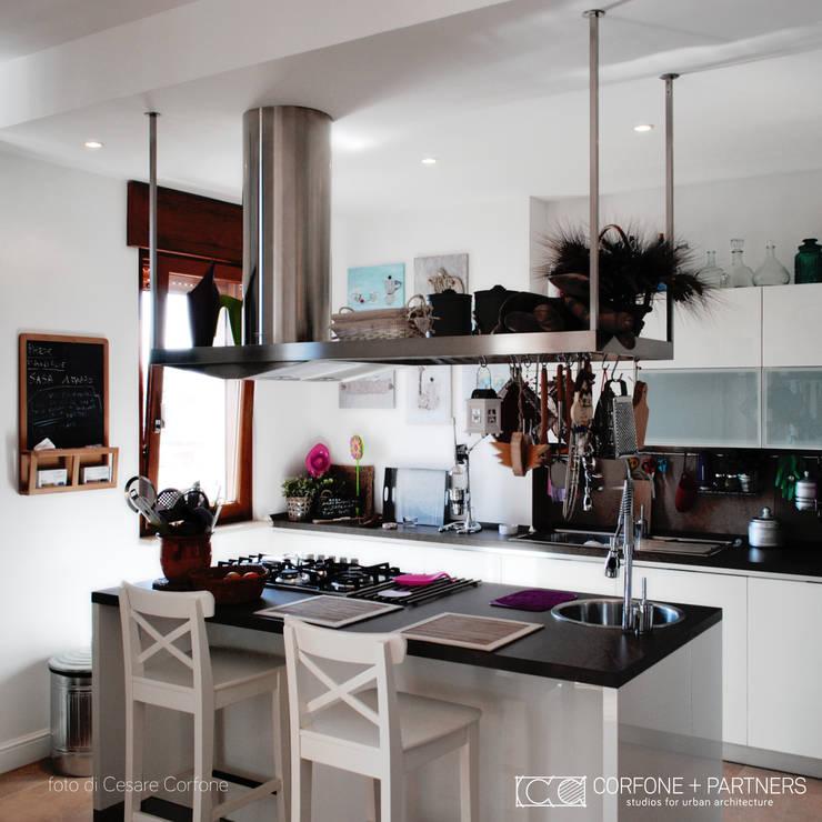 CASA 2L: Cucina in stile  di CORFONE + PARTNERS studios for urban architecture