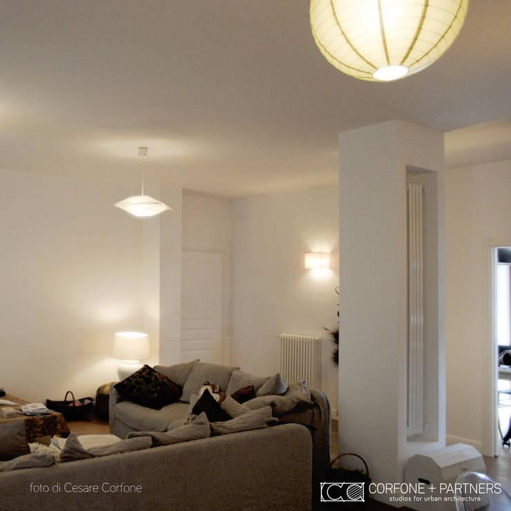 CASA 2L: Soggiorno in stile  di CORFONE + PARTNERS studios for urban architecture