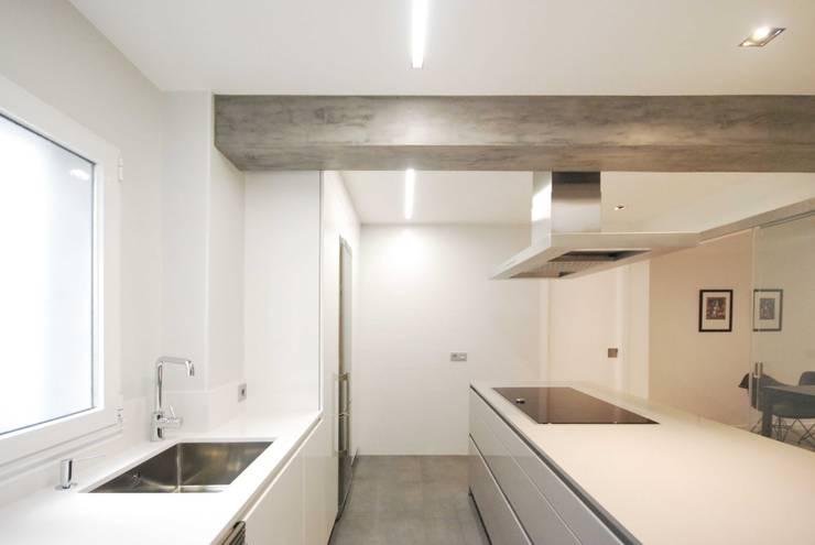Reforma en Poio : Cocinas de estilo  de Nan Arquitectos