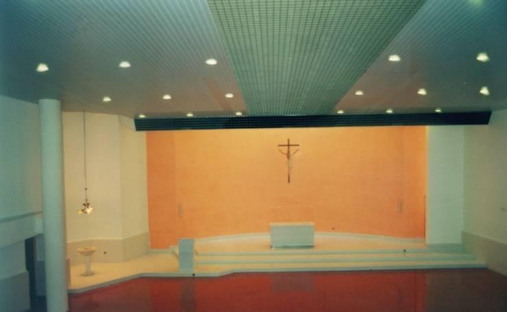 Vista interior. Zona presbiterio.:  de estilo  de RH-ARQUITECTOS