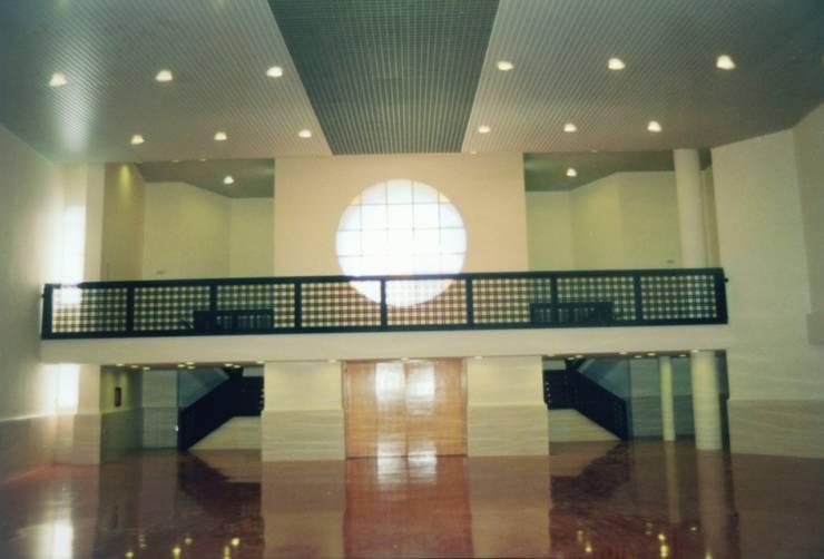 Vista interior. Zona acceso principal.:  de estilo  de RH-ARQUITECTOS