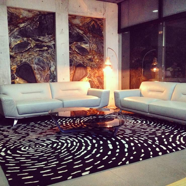SALA MODERNA: Salas de estilo  por FLAM RUGS