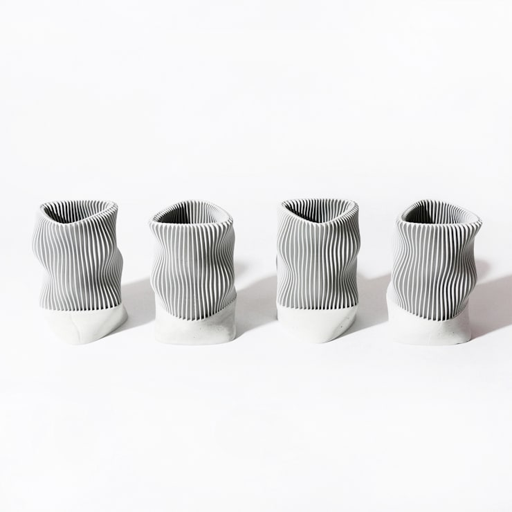 ​Kindof Pencil Vase: Kindof의  서재/사무실