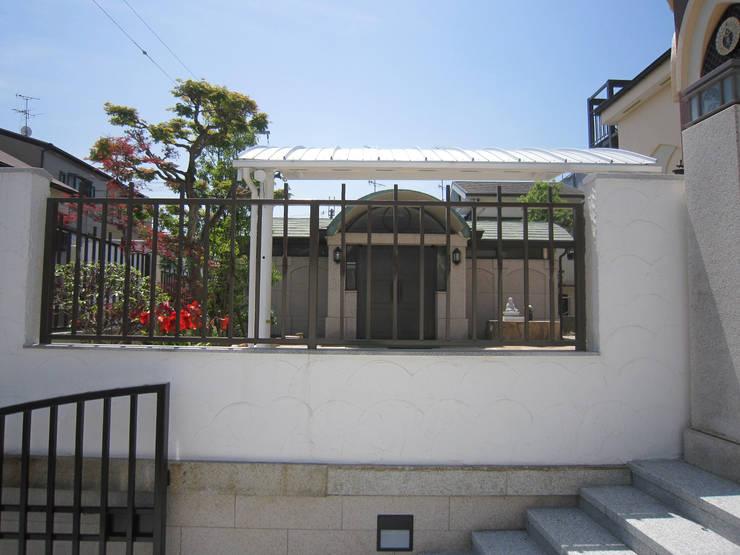 正門から別棟を見る その1: プライム建築設計が手掛けた会議・展示施設です。
