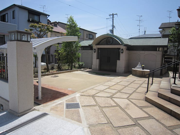正門から別棟を見る その2: プライム建築設計が手掛けた会議・展示施設です。
