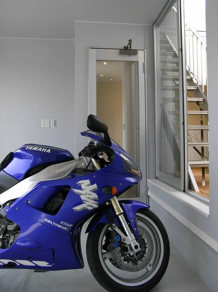 バイクガレージ: 松井設計が手掛けたガレージです。