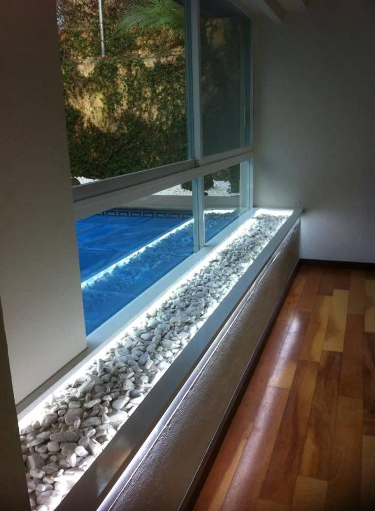 JARDINERA SECA: Salas de estilo  por GHT EcoArquitectos
