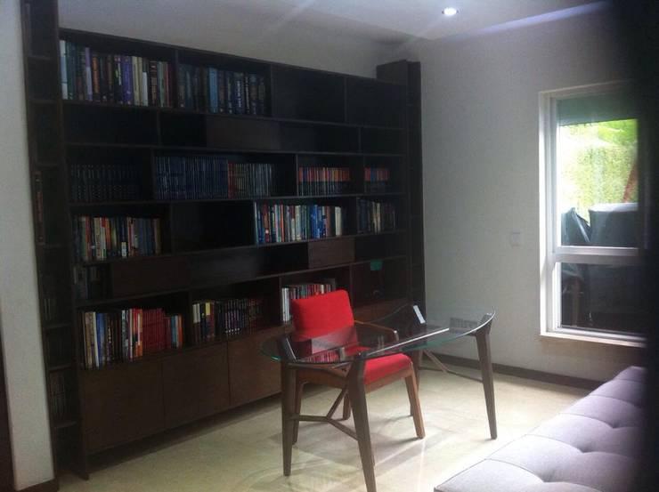 MUEBLE DE ESTUDIO: Estudios y oficinas de estilo  por GHT EcoArquitectos