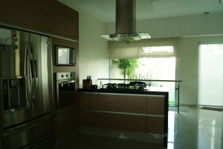 Kitchen by GHT EcoArquitectos,
