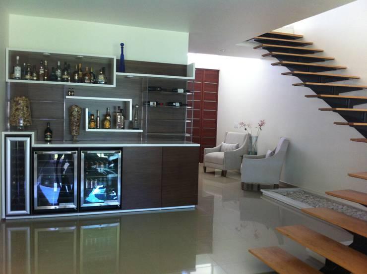 MUEBLE DE BAR EMPOTRADO: Vestíbulos, pasillos y escaleras de estilo  por GHT EcoArquitectos
