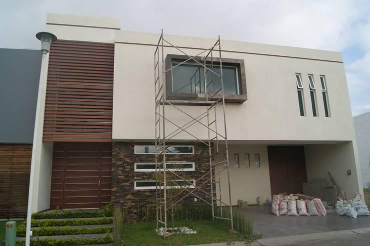 FACHADA EN PROCESO:  de estilo  por GHT EcoArquitectos
