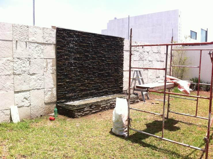 MURO LLORON EN PROCESO: Jardín de estilo  por GHT EcoArquitectos