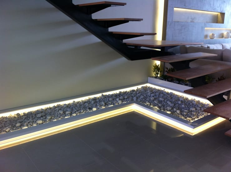 JARDINERA SECA: Vestíbulos, pasillos y escaleras de estilo  por GHT EcoArquitectos