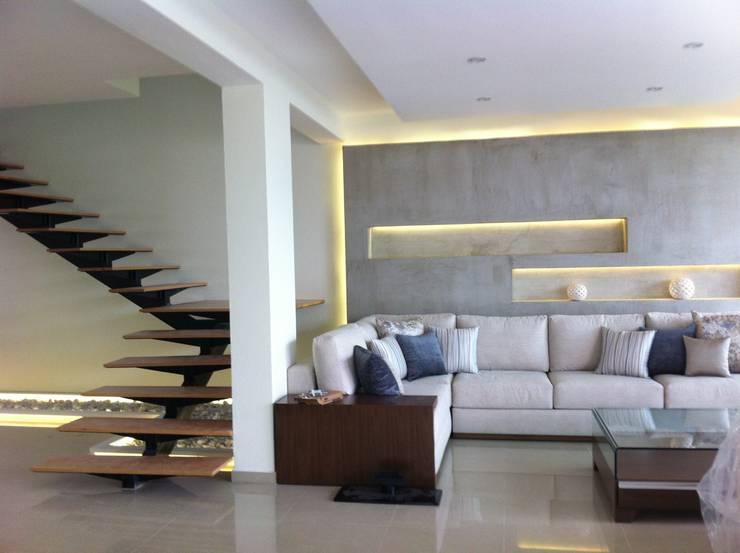 DECORACION EN MUROS Y ESCALERA: Salas de estilo  por GHT EcoArquitectos