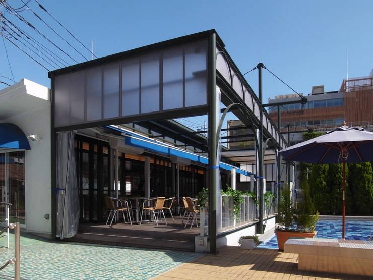 Cafeテラスとテントフレーム: ユミラ建築設計室が手掛けた家です。