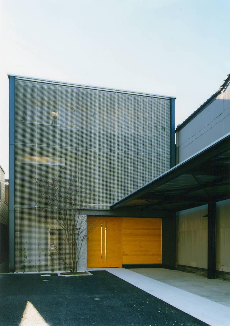 表(北)側外観: 原 空間工作所 HARA Urban Space Factoryが手掛けた家です。,モダン