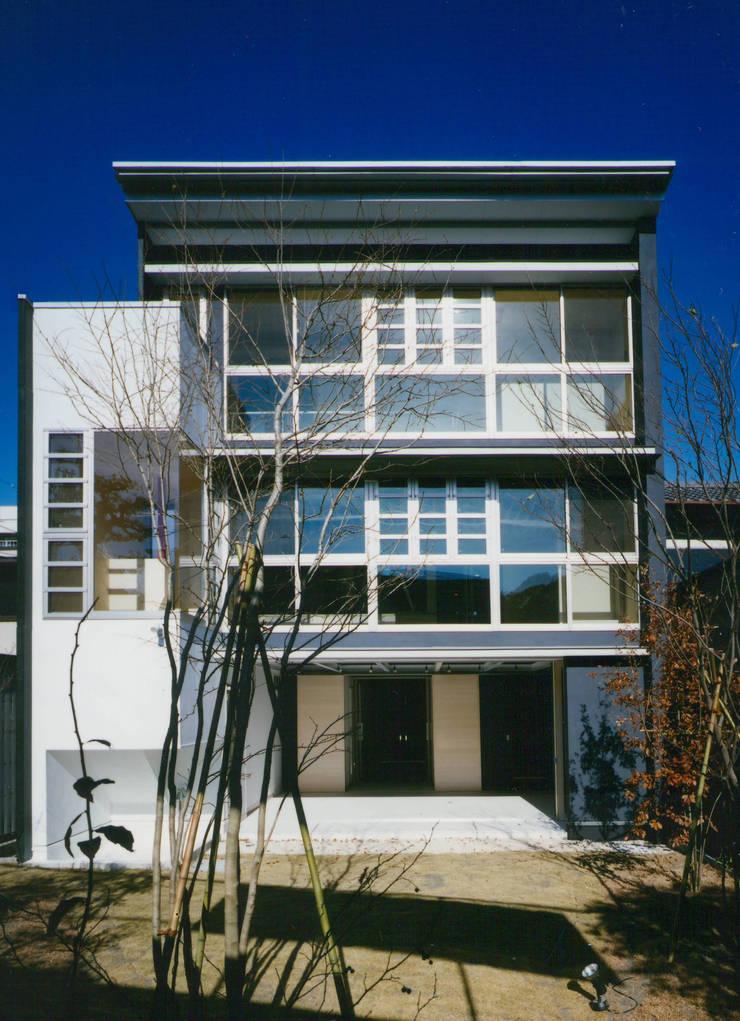 庭(南)側 外観: 原 空間工作所 HARA Urban Space Factoryが手掛けた家です。,モダン