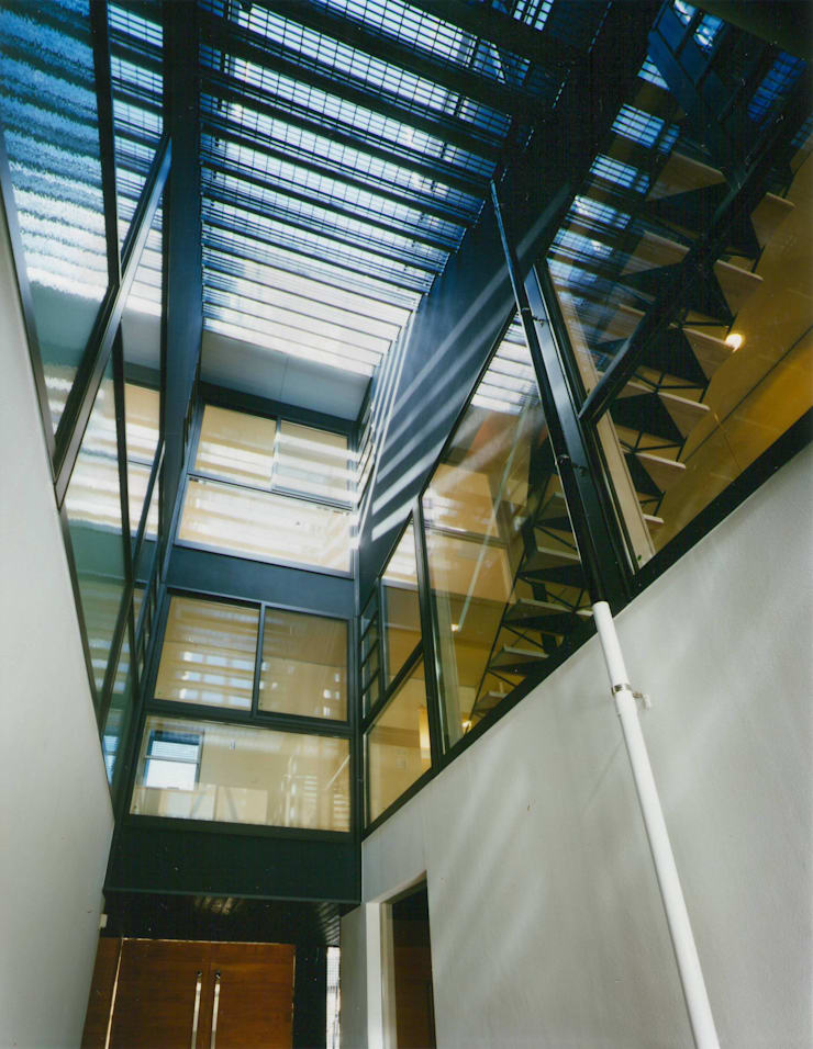 空を臨む家: 原 空間工作所 HARA Urban Space Factoryが手掛けた廊下 & 玄関です。,モダン