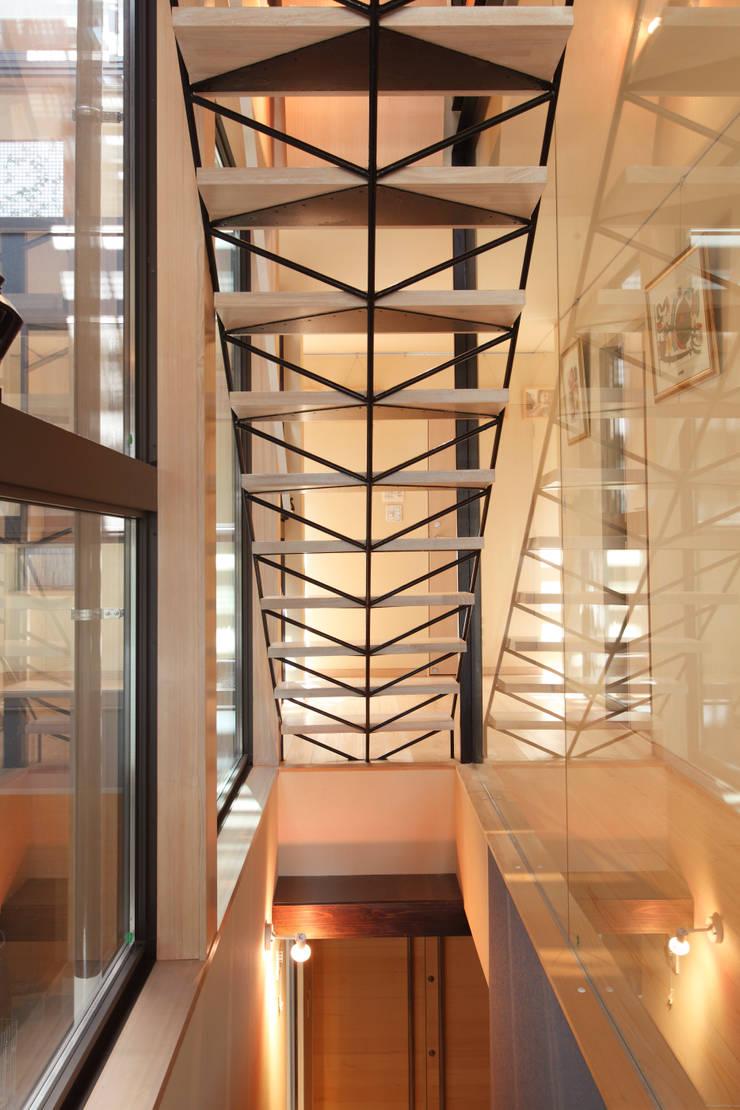 空を臨む家: 原 空間工作所 HARA Urban Space Factoryが手掛けた現代のです。,モダン