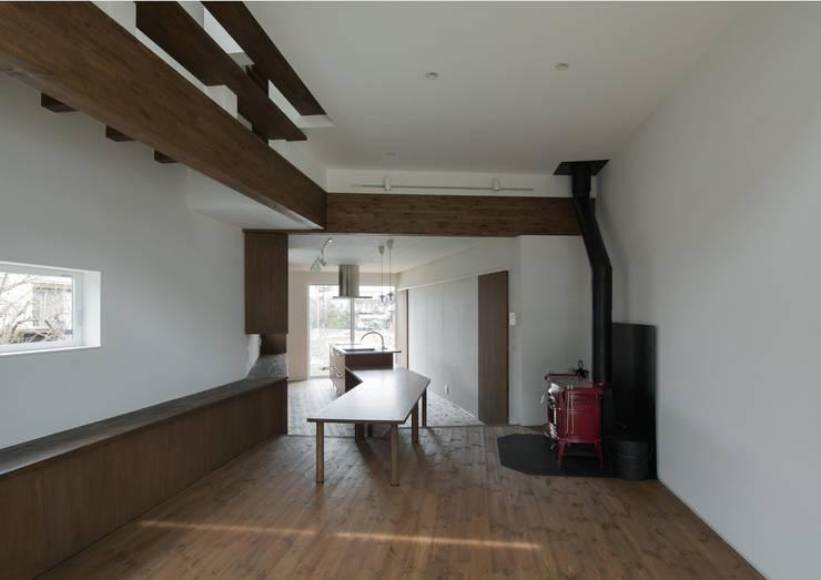 居間から食堂・台所を見る: 株式会社 mA建築計画工房が手掛けたリビングです。