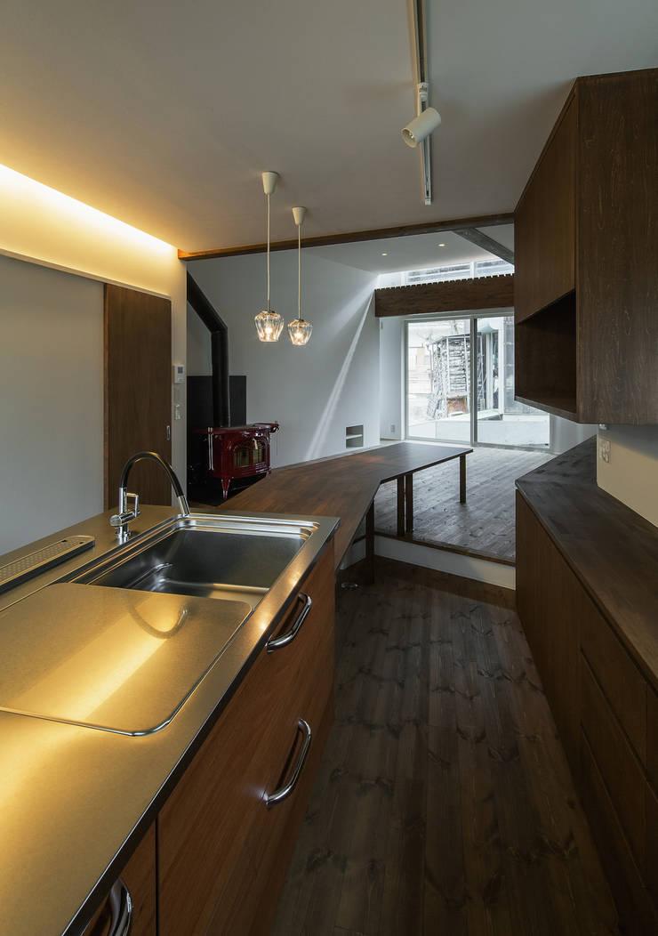 台所から食堂・居間を見る: 株式会社 mA建築計画工房が手掛けたキッチンです。