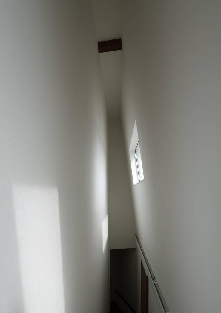 廊下を見る: 株式会社 mA建築計画工房が手掛けた廊下 & 玄関です。