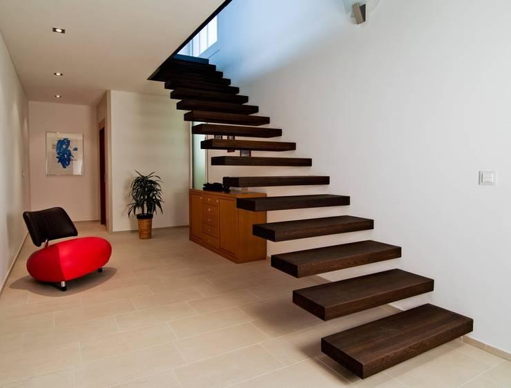 Escalier marche en porte à faux: Couloir, entrée, escaliers de style  par Passion Escaliers
