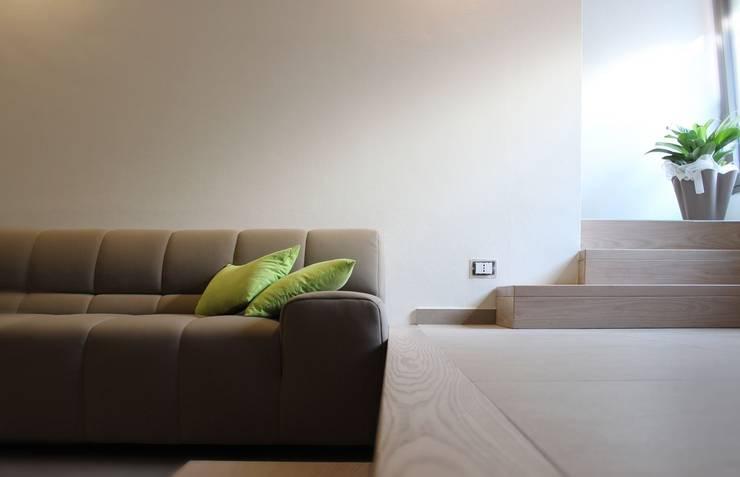 CASA VT: Ingresso & Corridoio in stile  di Daniele Spirito Architetto