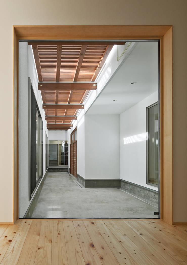 廊下より中庭を見る: 株式会社 mA建築計画工房が手掛けた廊下 & 玄関です。,オリジナル