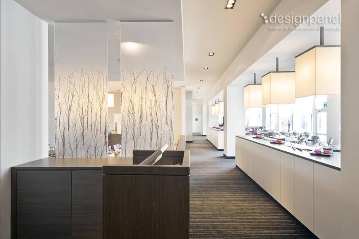 Transluzente Raumteiler: echte Birkenzweige in durchsichtigem Kunststoff:  Hotels von Designpanel - Elements for innovative architecture
