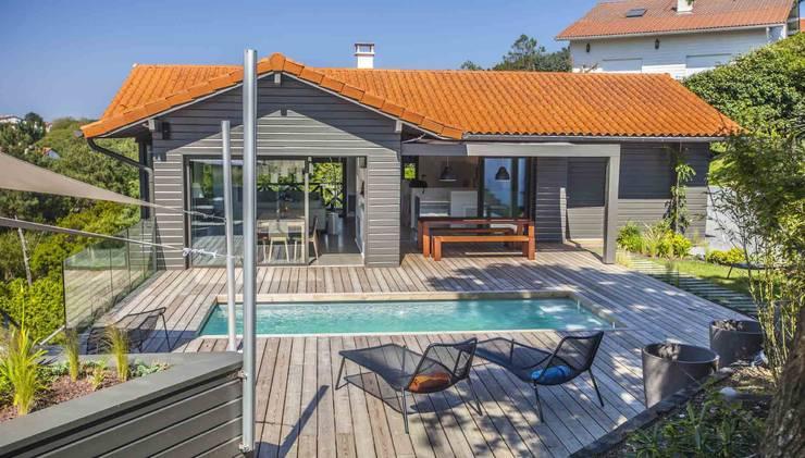 Voiles d 'ombrage et canapé Outdoor  à Biarritz.: Balcon, Veranda & Terrasse de style  par LA MAISON EHIA